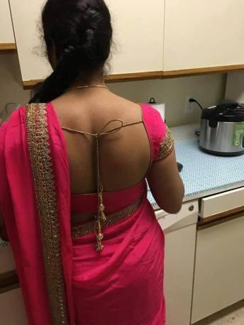 सुनील की गहरी पीठ उस ब्लाउज में बेहद आकर्षक लग रही थी